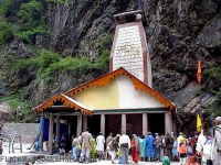 Pilgrims at Yamunotri temple