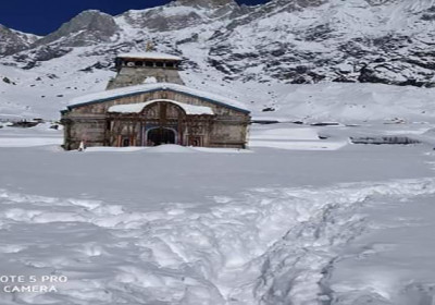 kedarnath-temple-covered-half-with-snowfall