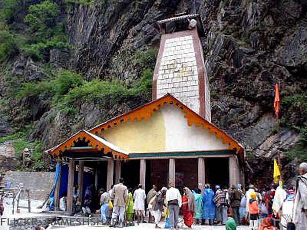 Pilgrims at yamunotri temple1