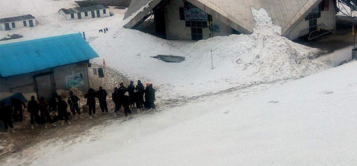 Army Jawans Clearing Snow at Hemkund Sahib