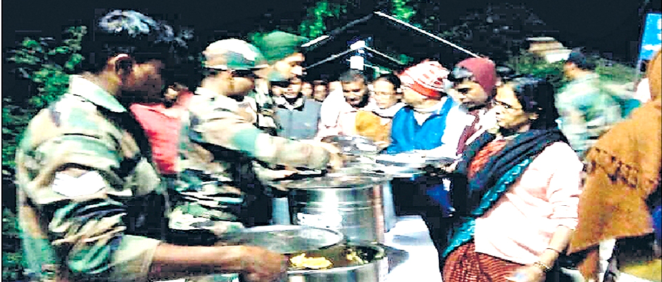 Army Jawans helping pilgrims at Vishnuprayag